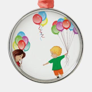 Enfants avec des ballons ornement rond argenté