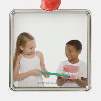 Enfants avec un ensemble modèle de dents et ornement carré argenté