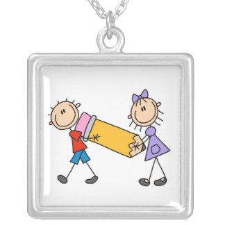Enfants de bâton avec le crayon pendentif carré