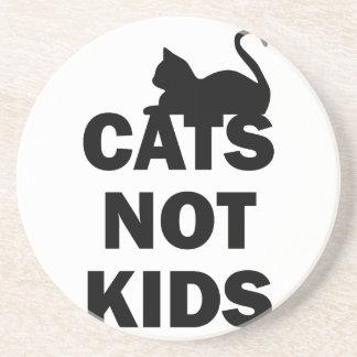 Enfants de chats pas dessous de verres