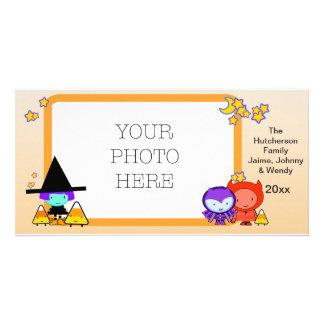 Enfants de des bonbons ou un sort dans le cadre de carte avec photo