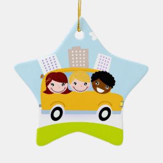 Enfants d'école dans l'autobus jaune ornement étoile en céramique