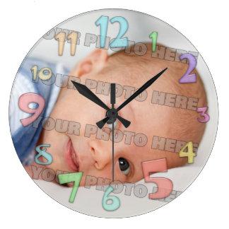 Enfants et horloge murale d'image de bébé