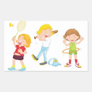 Enfants jouant des autocollants de sports