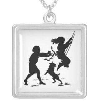 Enfants jouant le collier