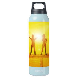 Enfants jouant pendant l'été sur un pilier bouteilles isotherme