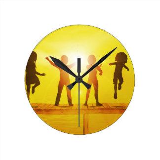 Enfants jouant pendant l'été sur un pilier horloge ronde