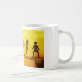 Enfants jouant pendant l'été sur un pilier mug