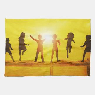 Enfants jouant pendant l'été sur un pilier serviette pour les mains
