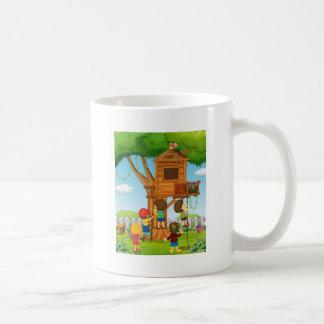 Enfants jouant sur la cabane dans un arbre mug