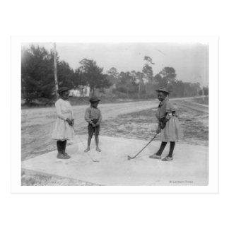 Enfants noirs jouant la photographie de golf carte postale