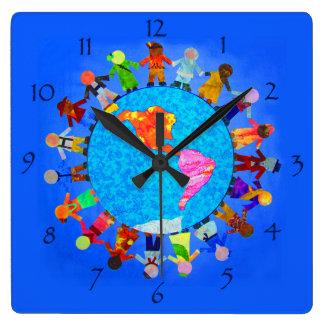 Enfants paisibles autour de l'horloge murale du mo horloge carrée