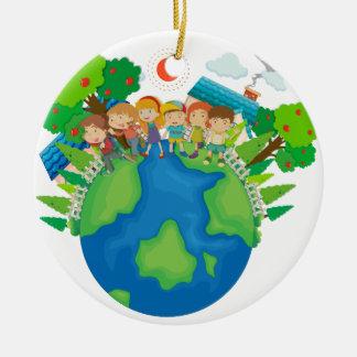 Enfants se tenant autour du monde ornement rond en céramique
