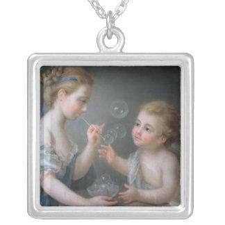 Enfants soufflant des bulles collier personnalisé