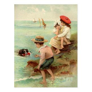 Enfants vintages à la carte postale de plage
