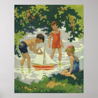 Enfants vintages jouant l'étang d'été de voiliers posters