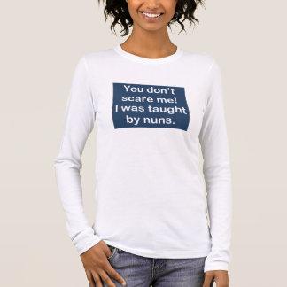 Enseigné par des nonnes dans bleu-foncé t-shirt à manches longues