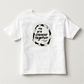 Ensemble un T-shirt plus fort de la jeunesse