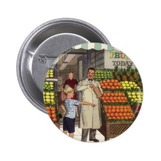 Épicier vintage et garçon d'affaires au stand de badges