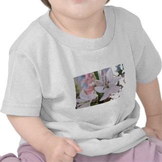 épousant le lis blanc fleurit les vignes d'amour t-shirts