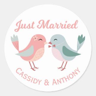 Épouser juste rose et bleu marié de perruches sticker rond