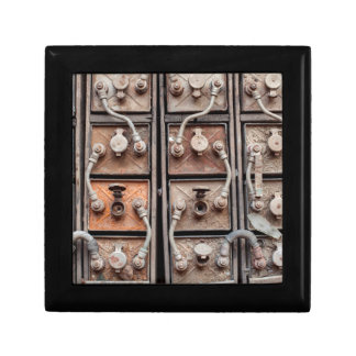 Équipement industriel dans le mien abandonné en petite boîte à bijoux carrée