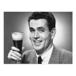 Équipez tenir le verre de bière dans le studio B&W Cartes Postales
