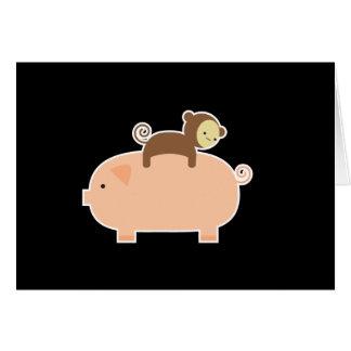 Équitation de singe de bébé sur un porc cartes