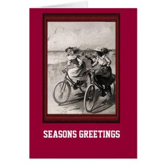 Équitation vintage de bicyclette le long de la cartes