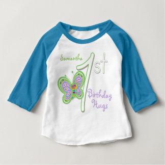 ęr Le papillon d'anniversaire étreint le nom fait T-shirt Pour Bébé