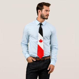 Érable canadien sur le noir blanc rouge cravate