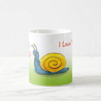 Escargot aimé avec le grand coeur mug blanc