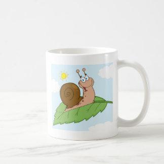 Escargot superbe de sourire sur sa feuille mug