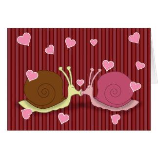 Escargots dans la carte de voeux d'amour