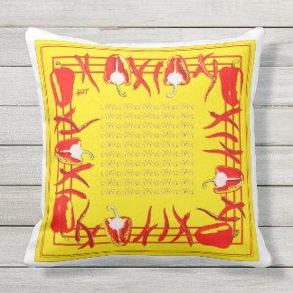 Et jaunes coussin conçu par poivrons rouges