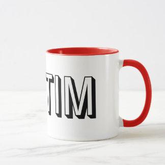 Et tasse rouge et blanche de STIM