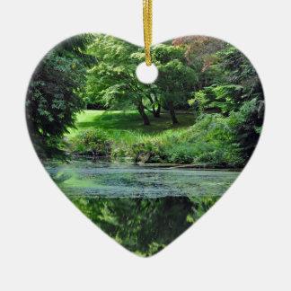 Étang réfléchi vert ornement cœur en céramique