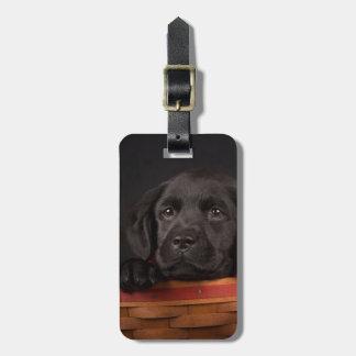 Étiquette À Bagage Chiot noir de labrador retriever dans un panier