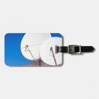 Étiquette À Bagage Deux antennes paraboliques blanches sur le mur de