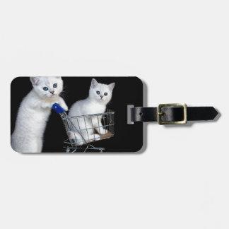 Étiquette À Bagage Deux chatons blancs avec le caddie sur black.JPG