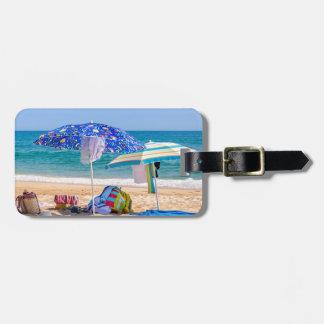 Étiquette À Bagage Deux parasols et approvisionnements de plage à