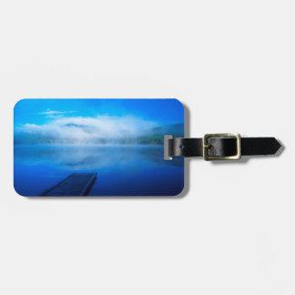 Étiquette À Bagage Dock sur le lac brumeux calme, la Californie
