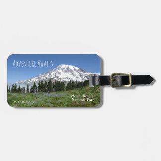 Étiquette À Bagage L'aventure attend (le Mt plus pluvieux)