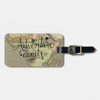 Étiquette À Bagage L'aventure attend l'étiquette de bagage de carte