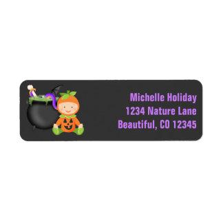 Étiquette Bébé mignon dans l'adresse de Halloween de costume