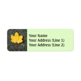 Étiquette Grande feuille jaune/orange tombée d'arbre