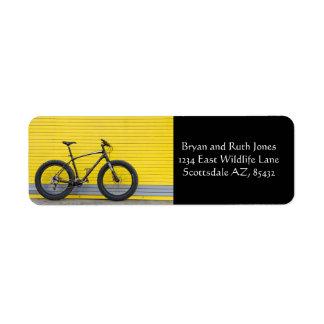 Étiquette Gros vélo sur le mur jaune