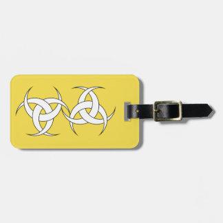 Étiquette jaune de bagage avec le bracelet en cuir étiquette à bagage