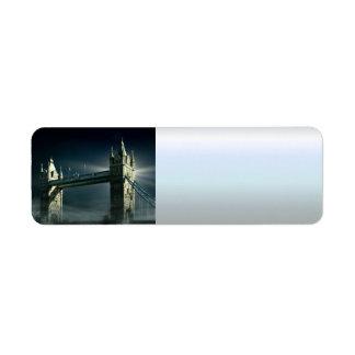 Étiquette Pont Londres de tour en brouillard de nuit