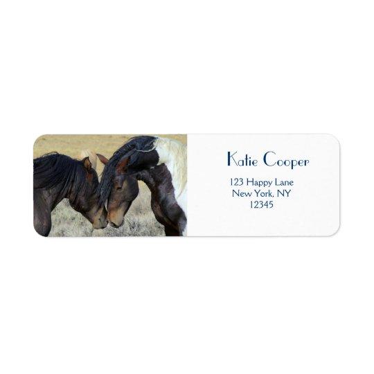 Étiquette Pousser du nez de deux chevaux sauvages de Brown